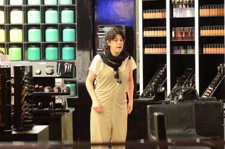 Em 'A Regra do Jogo', a atriz vive Nelita, uma artista plástica com transtorno bipolar cujo figurino será composto de roupas soltas e panos pendurados. Será que ela saiu da gravação direto para o shopping?