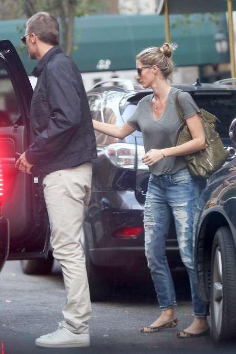 Gisele Bündchen e Tom Brady deixam prédio juntos após rumores de separação