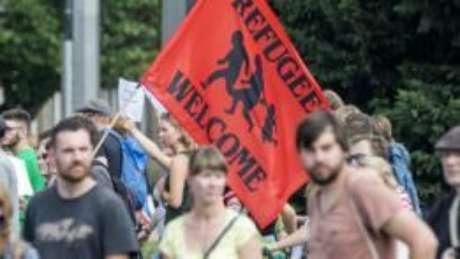 """Vários cidadãos europeus têm dado as """"boas-vindas"""" a refugiados, ante os impasses políticos envolvendo o tema"""