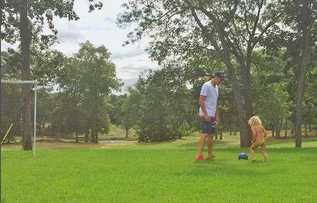 Tom Brady joga bola com Vivian