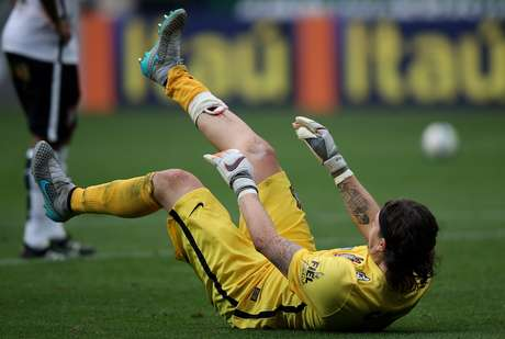 Cássio sofreu um corte feio na canela, mas seguiu na partida e fez uma defesa milagrosa nos minutos finais para ajudar a garantir o empate