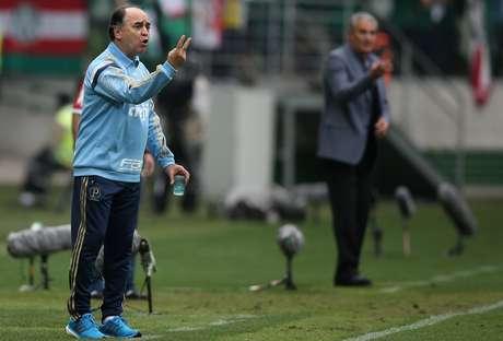 Marcelo Oliveira e Tite passam instruções para seus jogadores à beira do campo no Allianz Parque