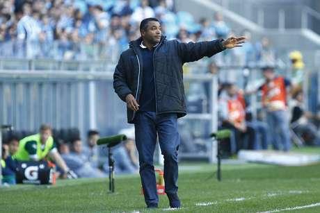 Roger Machado passa instruções para os jogadores do Grêmio à beira do campo da Arena, em Porto Alegre