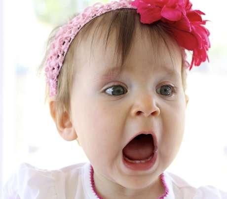 O primeiro dente costuma nascer por volta dos 6 meses e a criança apresentará a dentição completa por volta dos 2 anos