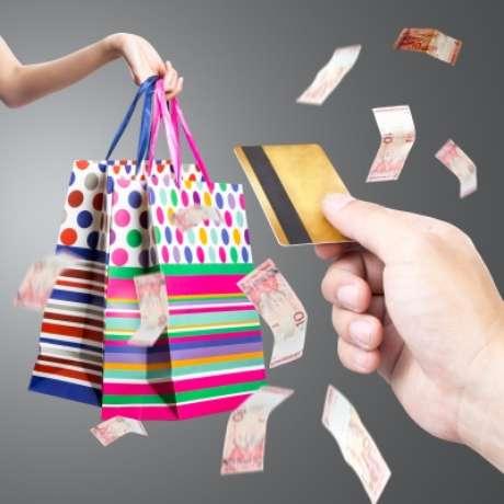 Antes de adquirir um cartão de crédito, pesquise e opte por aqueles que cobram as menores taxas