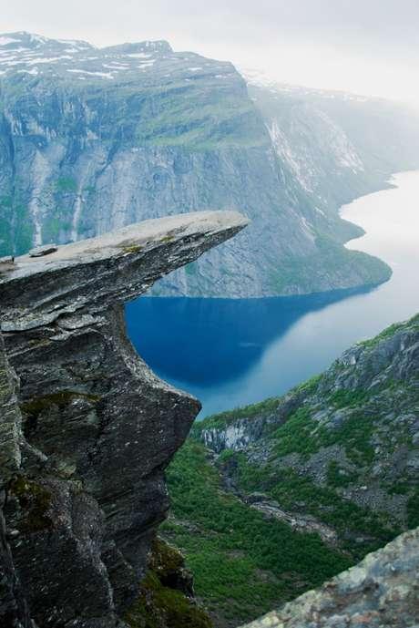 A pedra de Trolltunga fica 700 m acima do lago Ringedalsvatnet, no sudoeste da Noruega