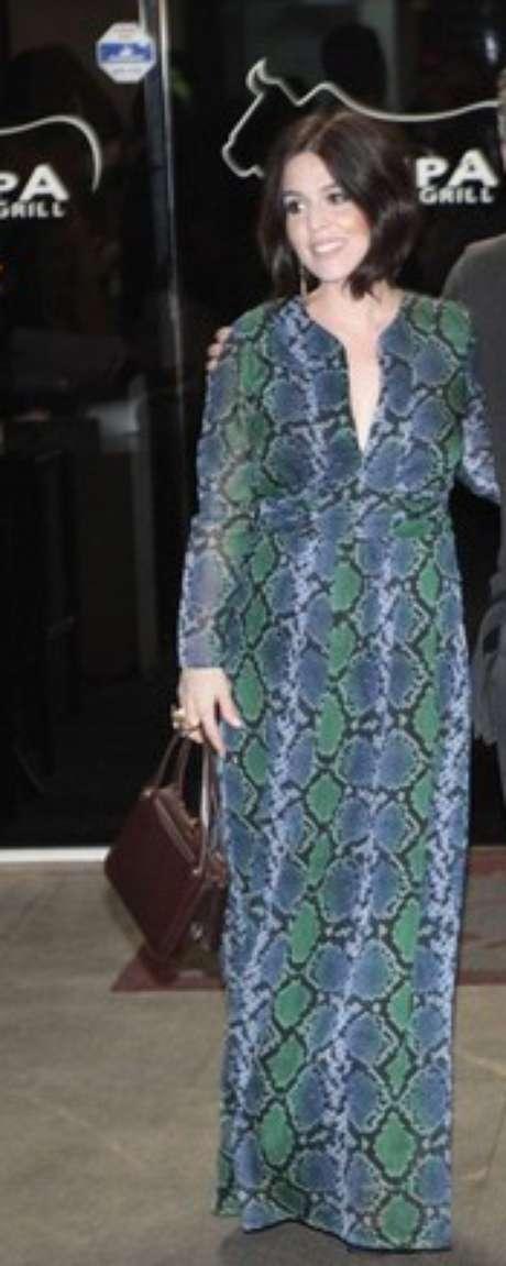 O vestido longo estampado usado por Karen Brusttolin é peça que serve para depois da gravidez também