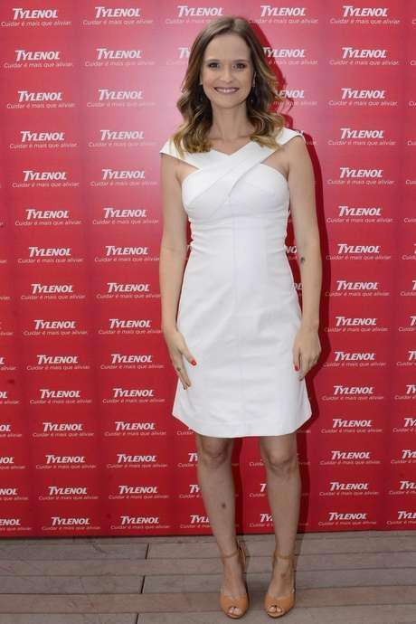 No começo da gravidez, Fernanda Rodrigues aposta em vestidos leves, que marcam sutilmente a barriga. O diferencial do modelo está no decote cruzado