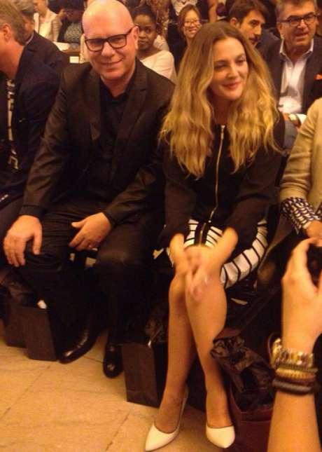 Drew Barrymore assiste à apresentação de Carmen Steffens ao lado do presidente da marca, o brasileiro Mario Spaniol