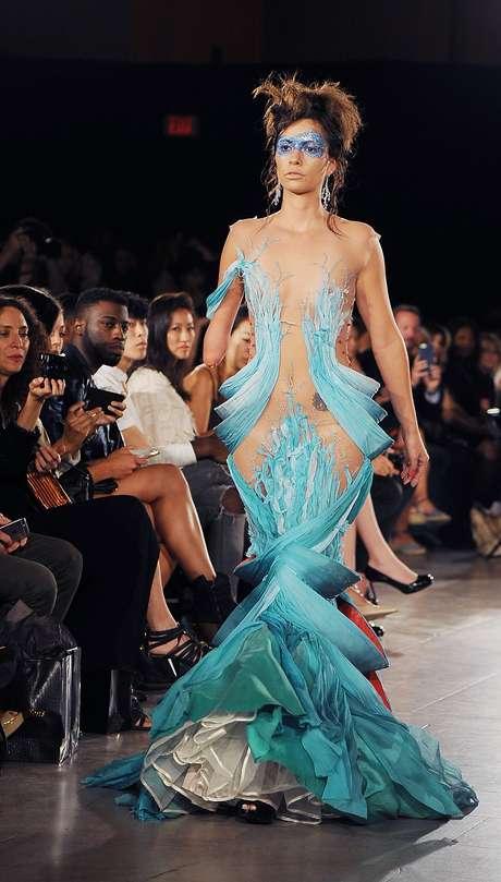 Com vestido sensual e transparente, Shaholly Ayers também desfila para a grife sul-africana Hendrick Vermeulen