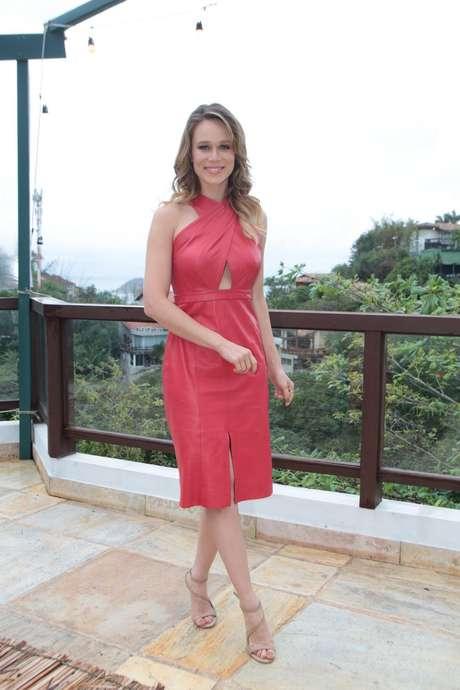 Mariana Ximenes apostou em vestido todo de couro da Animale com fenda discreta na frente: R$ 2898