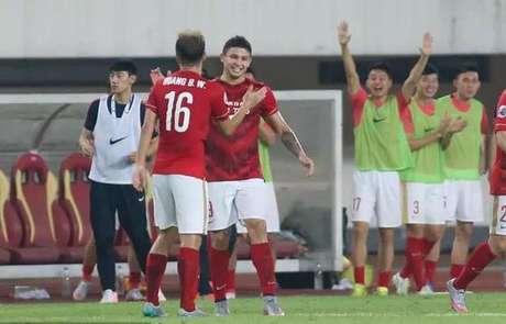 Elkeson comemora gol do Guangzhou contra o kashiwa