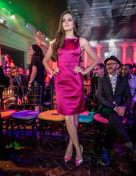 Outra jovem que acertou no look foi Camila Queiroz, com esse vestido tubinho rosa, da grife apartamento 03, e escarpim estampado da PatBo. O vestido custa R$1.437,60 e o sapato sai por R$ 670. Preço total: R$ 2.170,60