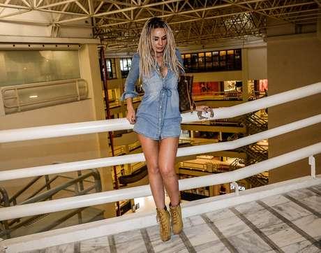 É uma camisa ou um vestido? Do jeito que Fernanda Lacerda, a Mendigata, está usando, parece que falta alguma coisa na parte de baixo.