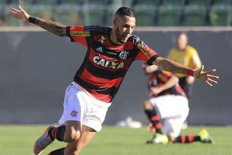 Paulinho deve pintar no Santos; Flamengo encaminhou liberação do atleta