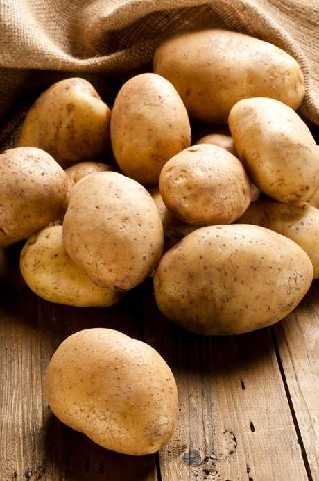 Se a batata está verde abaixo da casca, recomenda-se que não seja consumida