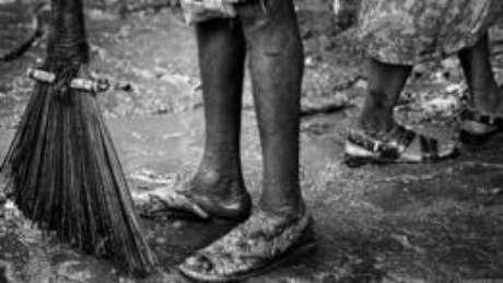 Todos os varredores pertencem à casta dos dalits, antes conhecidos como intocáveis. Eles coletam o lixo, varrem as ruas, limpam calhas, enchem e esvaziam caminhões e atuam nos aterros