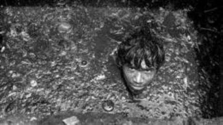 Essas pessoas muitas vezes têm de descer às galerias de drenagem de águas – algumas são tão profundas que poderiam acomodar um ônibus de dois andares. Depois de emergir, o trabalhador pode levar horas para se 'recuperar'. O trabalho não requer habilidades especiais, apenas um par de braços e pernas e a coragem de descer o que para muitos seria o 'inferno'