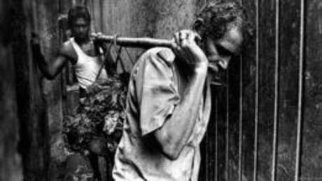A remoção é um trabalho árduo e as ferramentas para isso são primitivas: as mãos são usadas para levantar o lixo e os ombros, para carregá-lo. Jadhav, que atua nessa função há vários anos, não gosta de falar sobre seu trabalho. Há cicatrizes em seus ombros, provocadas pelas varas de madeira. Questionado sobre dores, ele acena com a cabeça