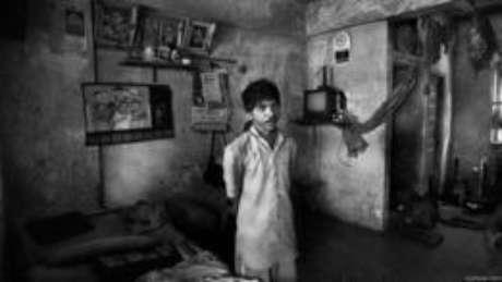 A mulher de Hiraman, que se recusou a ser fotografada, está furiosa porque, segundo diz, o varredor dá a ela apenas 150 rúpias (R$ 9) mensais para manter a casa. Quando esse registro foi feito, ameaçava deixá-lo – ele a mandava se calar. Hiraman está visivelmente esgotado e é improvável que viva por muito tempo. Se morrer, ela será considerada um 'caso digno de pena' e herdará seu trabalho