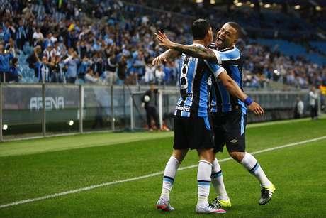 Giuliano e Edinho comemoram mais uma vitória do Grêmio na Arena