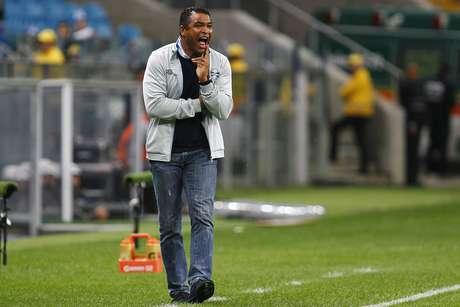 À beira do campo, técnico Roger comanda mais uma vitória gremista no Brasileiro