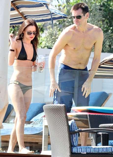 Cathriona White e Jim Carrey na praia de Malibu em 15 de setembro de 2012