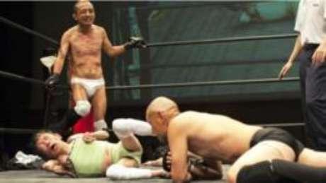 Dog Legs é um clube de luta livre de Tóquio em que a maioria dos lutadores é deficiente