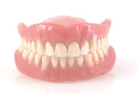 Dentadura ficou presa 32 centímetros abaixo da boca do paciente