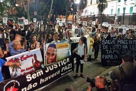 Os manifestantes passaram pela Secretaria da Justiça do Estado, localizada no Pateo do Colégio, e pela Secretaria do Estado da Administração Penitenciária, na Rua Líbero Badaró