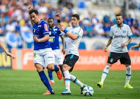 Ariel (esquerda) e Giuliano disputam bola no Mineirão
