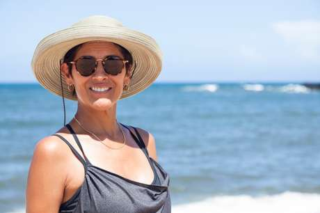 Usar barreiras físicas, como chapéus, ajuda a prevenir a acne solar.