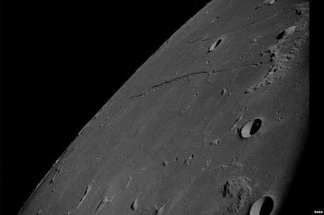 Uma imagem mais próxima da superfície da Lua (Foto: Nasa/Project Apollo Archive)