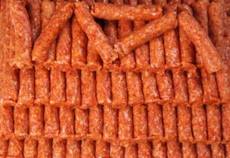 Segundo o  Decreto Estadual 45.248/00, a carne deve ser moída apenas na presença do consumidor e ao seu pedido