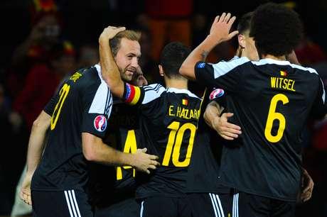 Liderados por Hazard e Witsel, belgas comemoram vaga na Euro 2016