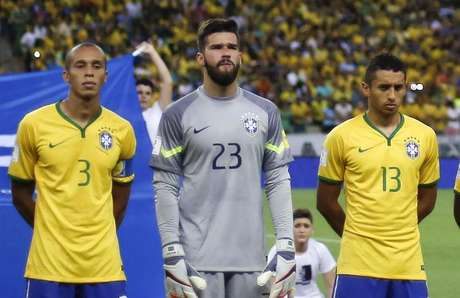 Goleiro Alisson, entre Miranda e Marquinhos no Brasil x Venezuela