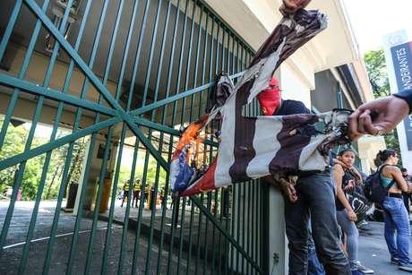 Confusão entre manifestantes e PMs em frente ao Palácio dos Bandeirantes, em São Paulo (SP), nesta quinta-feira (15).
