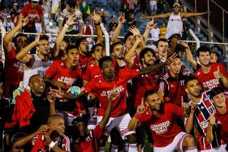 Jogadores do Botafogo-SP comemoram a conquista do acesso à Série C do Campeonato Brasileiro
