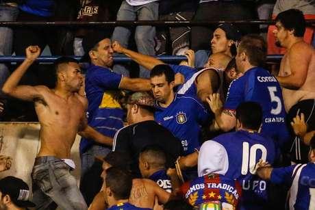 Indignados com a situação do time, torcedores do São Caetano brigaram entre si na arquibancada do estádio Anacleto Campanella, em São Caetano do Sul