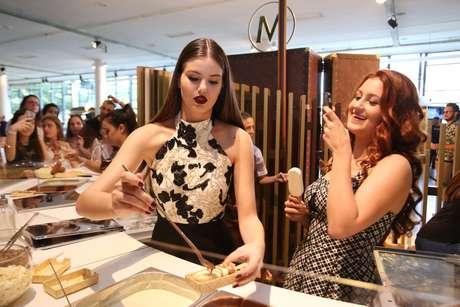 A modelo Camila Queiroz e a ganhadora do Look Secreto, Camila Varella