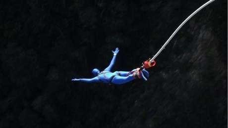 Os usuários podem enxergar, tomar bebidas e até se lançar em um bungee jump com a fantasia