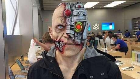 Algumas das fantasias atuais incluem truques digitais, como essa máscara de ciborgue que usa um aplicativo de telefone para criar um laser ocular