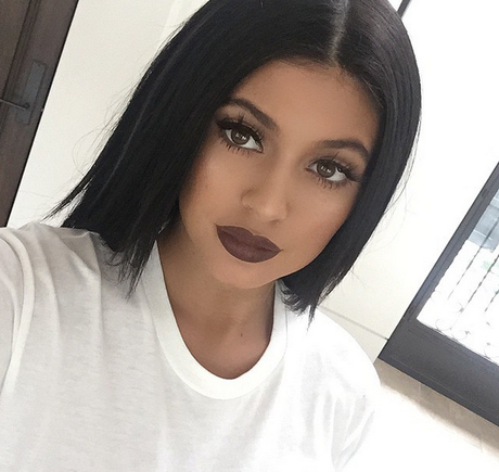 Kylie Jenner é superadepta do batom marrom