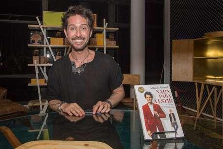 Arlindo Grund esteve no SPFW para uma sessão de autógrafos do seu livro Nada Para Vestir