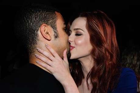 Em clima de romance, Sophia e Sérgio Malheiros se beijam durante o SPFW Inverno 2016