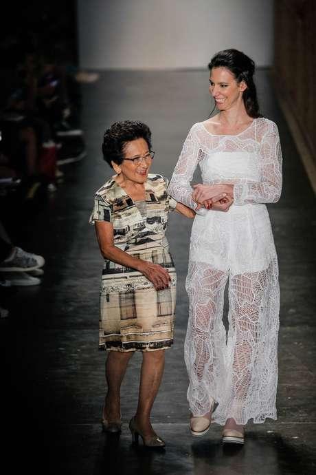 Fernanda Yamamoto levou sua emocionada avó para a passarela do SPFW