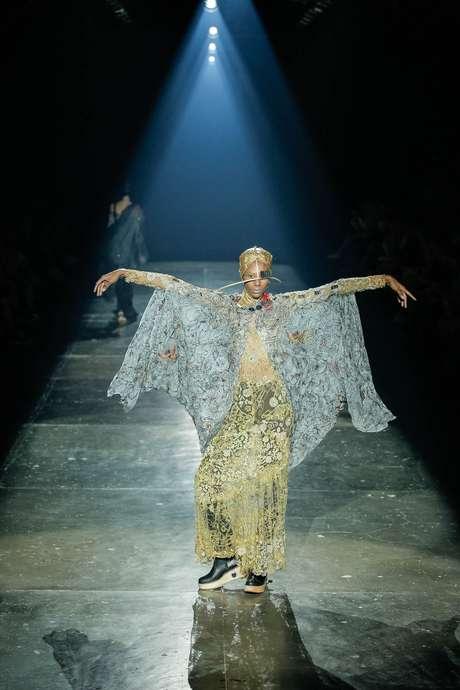 Modelos abriram os braços no fim da passarela dramatizando ainda mais o desfile do estilista