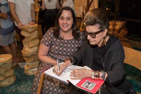 """A Consultora de moda Costanza Pascolato marcou presença na Bienal durante o SPFW e concedeu sessão de autógrafos do seu livro """"Meu Caderno de Estampas"""""""