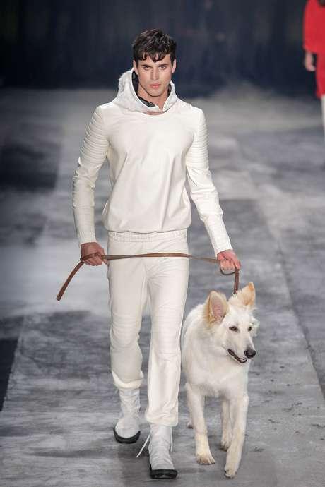 Em sua estreia, Ratier coloca na passarela modelo com um cão branco
