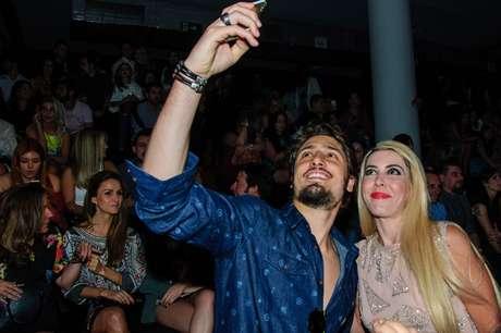 Daniel Rocha faz selfie com fã